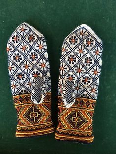 Ravelry is a community site, an organizational tool, and a yarn & pattern database for knitters and crocheters. Mittens Pattern, Knit Mittens, Knitted Gloves, Knitting Socks, Hand Knitting, Knitting Charts, Knitting Patterns, Motif Fair Isle, Wrist Warmers