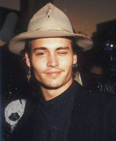 johnny depp best outfits - Page 10 of 101 - Celebrity Style and Fashion Trends Winona Ryder, Junger Johnny Depp, Jonh Deep, Beautiful Boys, Pretty Boys, Young Johnny Depp, John David, Actrices Hollywood, James Mcavoy
