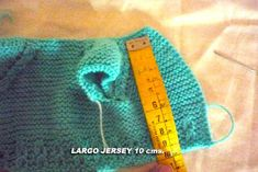 CONOCIENDO ARTESANAS: Como hacer un jersey para un nenuco, paso a paso Knitted Dolls, Knitted Hats, Liv Dolls, Homemade Toys, Baby Cardigan, Baby Knitting, Doll Clothes, Barbie, Diy And Crafts
