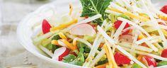 Kedlubny oloupejte, mladé listy ale nevyhazujte. Kedlubnovou bulvu amrkve nakrájejte na jemné proužky, ředkvičky na čtvrtinky, jarní cibulku na... Cabbage, Spaghetti, Vegetables, Yum Yum, Ethnic Recipes, Food, Fitness, Essen, Cabbages