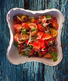 Ingredience: rajčata 1 kilogram (zralá), cibulka jarní 3 kusy, cibule červená 1 kus, olivy černé 1 hrst (vypeckované), kapary 1 lžíce, ančovičky 1 lžíce, olej olivový 3 lžíce, ocet vinný 3 lžíce (červený), bazalka 1 hrst, sůl mořská, pepř (čerstvě mletý). Bruschetta, Tacos, Mexican, Ethnic Recipes, Food, Essen, Meals, Yemek, Mexicans