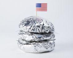 Parfois les idées les plus simples sont les meilleures. C'est ce que je pense en voyant les clichés de l'artiste photographe Giorgia Zanellato qui vit et travaille à Venise.  Cette série intitulée « Space food » met en avant des aliments typiquement américains recouverts d'un simple film d'aluminium faisant appel à notre imaginaire sur la conquête spatiale.