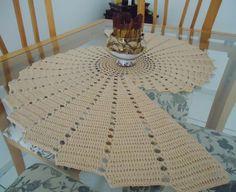 PRONTA ENTREGA.    Centro de mesa em crochê, feito com linha Bella da Pingouin, 100% algodão, na cor Bege.  Trabalho diferenciado e sofisticado.  81 cm de comprimento x 52 cm de largura    Obs.: Centro em inox, esferas em rattan e arranjo de canela não acompanham o produto. R$ 90,00