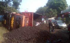 Rem Blong, Truk Pengangkut Batubara Terguling di Jalur Transyogi | Heibogor.com 100% Bogor