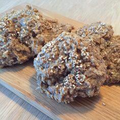 Havregrødeskager.  Overskud af havregrød, 1 håndfuld hakkede blandede nødder, 1 spsk kokos, 1 tsk hakkede chokolade, lidt sesam. Blandet godt med grøden.  Bages ca. 25 min ved 175 grader.
