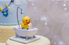 Blog sobre maternidade, que inclui desde a tentativa da gravidez até o cotidiano da criação dos filhos, com dicas e histórias. Rubber Ducky Baby Shower, Baby Boy Shower, Clay Birds, Flamingo Art, T Baby, Porcelain Clay, Kids And Parenting, Fondant Cakes, Biscuit