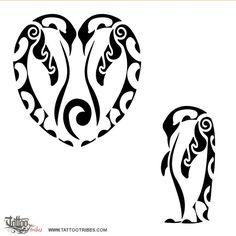 un tatuaggio in stile Maori di un pinguino imperatore . una seconda versione con due pinguini uniti a formare un cuore per evidenziare una delle caratteristiche di questo animale, la devozione. Devozione verso il compagno e verso i propri piccoli (in questo caso raffigurato da un koru, simbolo di nuova vita).Il motivo delle onde esalta la continuità attraverso il cambiamento