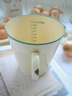 Vintage Enamelware Measuring Cup With Green Rim Vintage Enamelware, Vintage Kitchenware, Vintage Dishes, Vintage Items, Old Kitchen, Kitchen Items, Kitchen Ware, Kitchen Stuff, Antique Shops