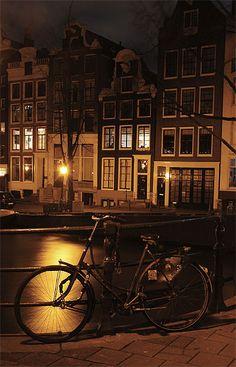 Amsterdam > Jordaan  Calme et vivant à la fois, sorte de ville dans la ville, le quartier du Jordaan occupe une place un peu à part dans le cœur des Amstellodamois. Autrefois populaire, le quartier a aujourd'hui conquit les bobos, les artistes et les étudiants. Jouxtant le nord des grands canaux Le quartier des 9 Straatjes (les 9 rues comprises entre le Prinsengracht, le Herengracht, la Raadhuisstraat et Leidsegracht), devrait combler les chineurs et les amateurs de petites boutiques…