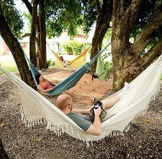 Depois do almoço ao ar livre, os convidados relaxam nas redes coloridas penduradas no tronco das árvores. O espaço fica na casa da jornalista Lucia Sauerbronn, em Indaiatuba, no interior de São Paulo