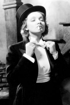 Marlene Dietrich straightens her bow tie on the set of MOROCCO, 1929 pic.twitter.com/JU22uKtTwj