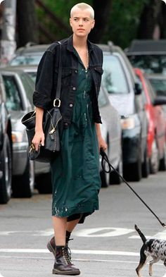 I love this whole look. Agyness deyn looks really really good with a shaved head IMHO Hipster Grunge, Grunge Goth, Grunge Style, Street Style Vintage, Agyness Deyn, Bald Women, Mein Style, Androgynous Fashion, Glam Rock