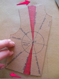 Vamos ensinar a fazer o transporte de pences do ombro do molde básico do corpo para a pence da cintura - Salvabrani Sewing Hacks, Sewing Tutorials, Sewing Crafts, Sewing Projects, Diy Crafts, Pattern Cutting, Pattern Making, Dress Sewing Patterns, Clothing Patterns