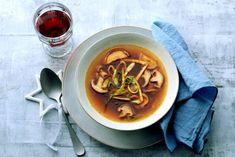 Paddenstoelenbouillon met shiitakes en omeletreepjes - Recept - Allerhande