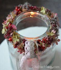 Herbstdeko: Beeren-Blüten-Kranz mit Spitze fürs Windlicht - ribbon, Bänder, lace, Hagebutten, Hortensien