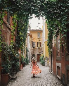 Wandering through these beautiful hidden lane-ways in Roma... ❤️ @topdecktravel @flightcentreau  #topdecker  #openmyworld