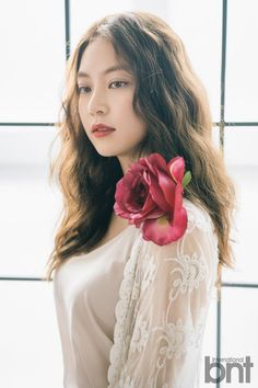 In a recent interview with 'International but', Gong Seung Yeon shared about her first 'Inkigayo' recording as MC with her sister TW… Asian Actors, Korean Actresses, Korean Actors, Actors & Actresses, Jonghyun Seungyeon, Gong Seung Yeon, Li Bingbing, Twice Jungyeon, Angelababy