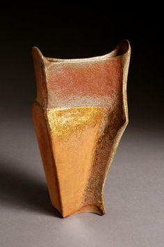 Se billeder af mine keramiske arbejder indenfor mine tre primære interesseområder: Design & Brugsting, Modellerede Skåle og Skulpturer samt Æsker & Figurer
