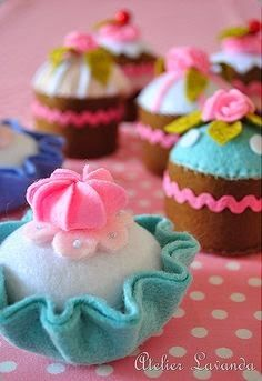 Felt Cupcakes From Atelier Lavanda. Felt Diy, Felt Crafts, Fabric Crafts, Sewing Crafts, Felt Food Patterns, Felt Cake, Felt Play Food, Felt Fabric, Felt Ornaments
