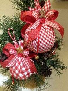 Gifts ideas homemade christmas ideas for 2019 Christmas Tree Decorations Ribbon, Christmas Ornaments To Make, Homemade Christmas, Christmas Projects, Holiday Crafts, Christmas Holidays, Christmas Bulbs, Christmas Wreaths, Christmas Tree Themes