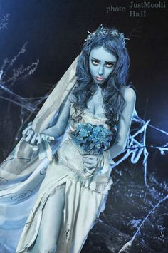 My next Halloween costume, me thinks.  I have an old wedding dress that I'm happy to trash for this purpose.  :D