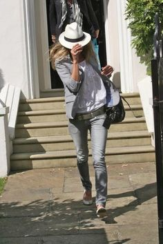 Kate Moss hiding from the paps in a panama hat. Coole Klamotten 66b7a4aa88f
