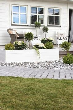 gardens beds Raised garden bed - The Silver Garden Raised garden bed - The Silver Garden Back Gardens, Outdoor Gardens, Landscape Design, Garden Design, White Gardens, Front Yard Landscaping, Landscaping Ideas, Backyard Ideas, Front Yard Planters