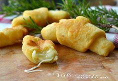 cheese rolled in a gnocci dough and fried in oil (Cornetti di patate ripieni al formaggio) Appetizer Recipes, Snack Recipes, Cooking Recipes, Snacks, I Love Food, Good Food, Yummy Food, Mozzarella, Aperitivos Finger Food