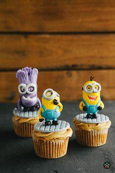 The Minions cupcakes Cupcakes Dos Minions, Minion Cupcake Toppers, Fun Cupcakes, Cupcake Cookies, Custom Cupcakes, Bolo Minion, My Minion, Pastel Minion, Despicable Me Cake