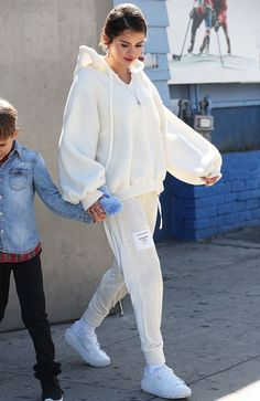 Stars Making Tracksuits Stylish Again — PICS Look moletom, conjuntinho, Selena Gomez, looks of the f Sporty Outfits, Cute Casual Outfits, Fashion Outfits, Modesty Fashion, Sporty Fashion, Mod Fashion, Sporty Chic, Fall Outfits, Fashion Trends