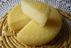 A sajt az egyik olyan tejtermék, mely nagy mennyiségben tartalmazza az emberi szervezet számára oly fontos kalciumot. Létezik egyáltalán olyan, aki nem szereti a sajtféléket? Az alábbiakban bemutatunk egy olyan receptet, melyet bárki elkészíthet otthon, saját Ricotta, Romanian Food, Cheese Lover, Hungarian Recipes, How To Make Cheese, Kefir, Real Food Recipes, Street Food, Main Dishes