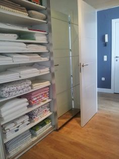 Un armario para organizar la ropa de casa con PAX - piratas de ikea