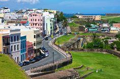 Vista de un hermoso día de la calle Norzagaray del Viejo San Juan desde el Castillo San Cristóbal.  Con un día tan claro, se puede apreciar desde la entrada de la Perla hasta el ...
