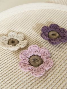 crochet flowers - need to figure out how to make these - cute!