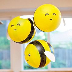 DIY Bumble Bee Balloons (Tutorial & Video) // Hostess with the Mostess® : Buzz, buzz, buzzzzzzzzzzzz! These DIY Bumble Bee Balloons are such a fun project for any bee-themed birthday party or baby shower. Fiesta Baby Shower, Boy Baby Shower Themes, Baby Shower Gender Reveal, Baby Shower Parties, Baby Shower Decorations, Shower Party, Bee Baby Showers, Bumble Bee Decorations, Bee Gender Reveal