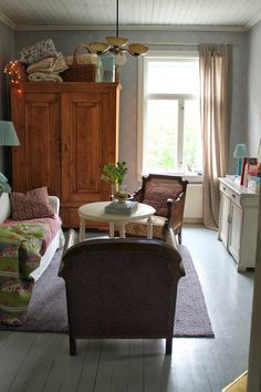 reverie in a room with a view ` Niinan unelmia French Country Interiors, Country Interior Design, Shabby Chic Decor, Vintage Decor, Cozy Living Rooms, Living Spaces, Cozy Reading Corners, Modern Cottage, Modern Farmhouse
