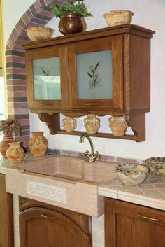 Cucina in muratura in massello di frassino, con particolare angolo cottura arrotondato. La muratura ad archi e la travatura permettono di creare un ambiente