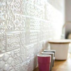 Płytki strukturalne to w ostatnich latach bardzo ważny trend – idealnie nadają się do nowoczesnych wnętrz o miejskim charakterze, ale te w białym kolorze sprawdzą się także w bardziej klasycznych stylizacjach. Spójrzcie, jak pięknie prezentują się z bliska!    #płytki #tiles #inspiracja #kuchnia #łazienka #płytki3D #biel