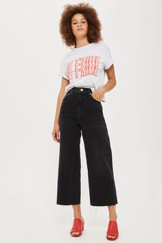 I've been noticing non-skinny jeans pop up in stores more frequently. As shorter girl like myself, I'm excited to venture out of my skinny jeans. Wide Pants Outfit, Cropped Jeans Outfit, Flare Jeans Outfit, Jeans Outfit Summer, Wide Jeans, Cropped Wide Leg Jeans, Wide Leg Trousers, Denim Noir, Pantalon Large