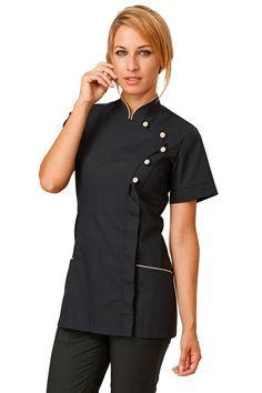 Elegante blusón de manga corta de la firma Siggi entallado con botones en el pecho. Su cierre es cubierto con botones a presión. Tiene dos bolsillos delanteros con vivo en distinto color. Prenda muy cómoda y ligera para su uso diario. Es una prenda de estilo oriental, moderna y con un tejido fresco. #MasUniformes #RopaLaboral #UniformesDeTrabajo #VestuarioOnline #Dyneke