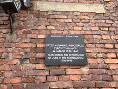 Bord ter herinnering op de muur van een stenen barak. Auschwitz. Barak, Persecution, Letter Board, Lettering, Warsaw, Poland, Letters, Texting, Calligraphy
