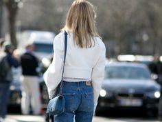 Jeans bekommen im Laufe ihrer Tragezeit Falten, werden löchrig oder verlieren an Farbe. Damit die Jeans ein paar Jahre hält, sollten Sie folgende Tipps beherzigen. Außerdem verraten wir Ihnen, wie Sie Ihre Jeans wieder aufpeppen können