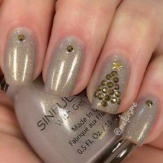 Elegant Christmas nails by Instagram user : melcisme