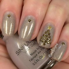Elegant Christmas nails by Instagram user : melcisme