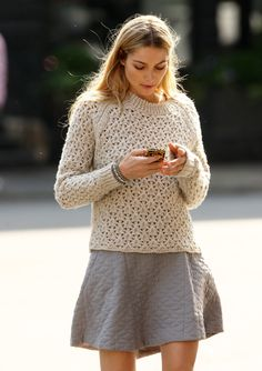 Jessica Hart Off Duty Street Style Jessica Hart, Sweater Weather, Quilted Skirt, Mein Style, Winter Stil, Sweater Skirt, Knit Skirt, Sweater Outfits, Fall Outfits