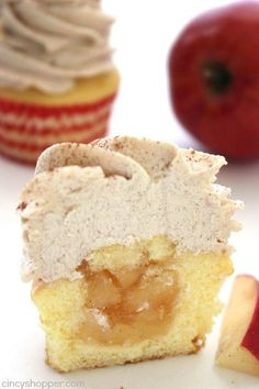 Stuffed Apple Pie Cupcakes with Brown Sugar Cinnamon Icing- super simple cupcake. Stuffed Apple Pie Cupcakes with Brown Sugar Cinnamon Icing- super simple cupcake stuffed with apple pie filling and topped with an amazing icing. No Bake Desserts, Just Desserts, Delicious Desserts, Autumn Desserts, Fall Dessert Recipes, Baking Desserts, Apple Desserts, Recipes Dinner, Food Cakes