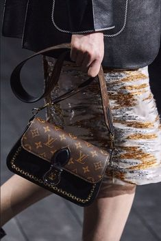 louis vuitton handbags The complete Louis Vuitton Fall 2020 Ready-to-Wear fashion show now on Vogue Runway. Louis Vuitton Monograme, Vuitton Bag, Louis Vuitton Handbags, Vogue Paris, Handbag Accessories, Women Accessories, Best Tote Bags, Toms Shoes Outlet, Lv Handbags