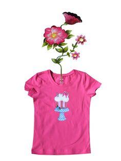 T-shirtje fuchsia met cupcake, mooi versierd met roosje, strikje en pailletten.  Afwijkende kleuren en maten op aanvraag. Mail ons voor meer informatie info@bygek.com