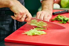 "Salata ""Cole slaw"" ca la KFC - un deliciu perfect pentru sezonul cald! Coleslaw, Plastic Cutting Board, Food And Drink, Health, Kitchen, Life, Salads, Cooking, Health Care"