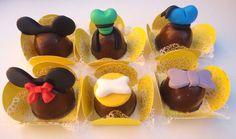 Bombons Turma do Mickey. Lindos e deliciosos bombons para enfeitar a sua festa. Utilizamos chocolate nobre de Gramado recheados de doce de leite. Consulte-nos também sobre outros temas.